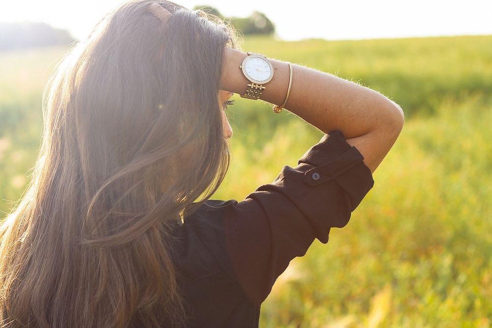 Femme qui maitrise l'horloge de son bien être